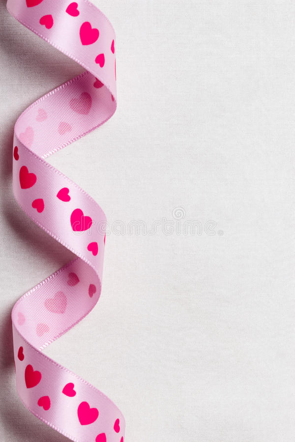 Roze hartlint op doekachtergrond stock fotografie