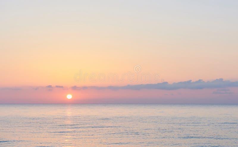 Roze hemel Dramatische zonsondergang en zonsopganghemel royalty-vrije stock foto
