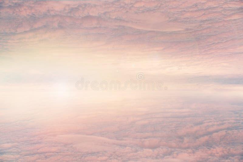 Roze homogene wolken bij de zonsondergang bezinning Fantasiepastelkleur stock foto's