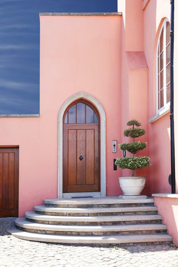 roze huis/huisingang met stappen stock afbeelding