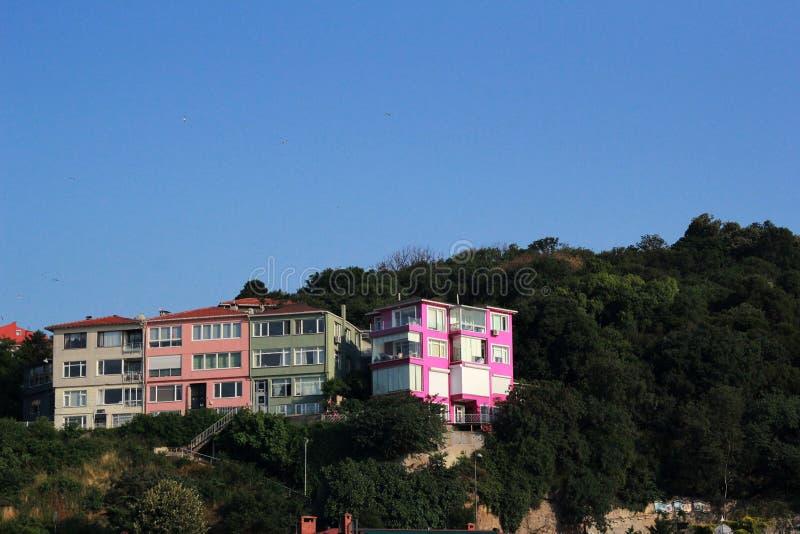 Roze huis op een rots royalty-vrije stock afbeeldingen