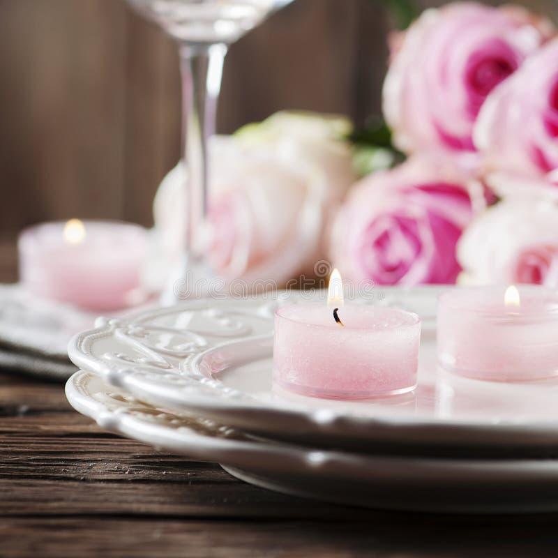 Roze kaars en rozen op de lijst royalty-vrije stock foto's