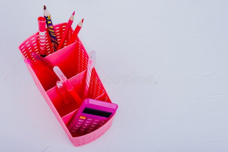Roze kantoorbenodigdheden op een witte achtergrond stock foto