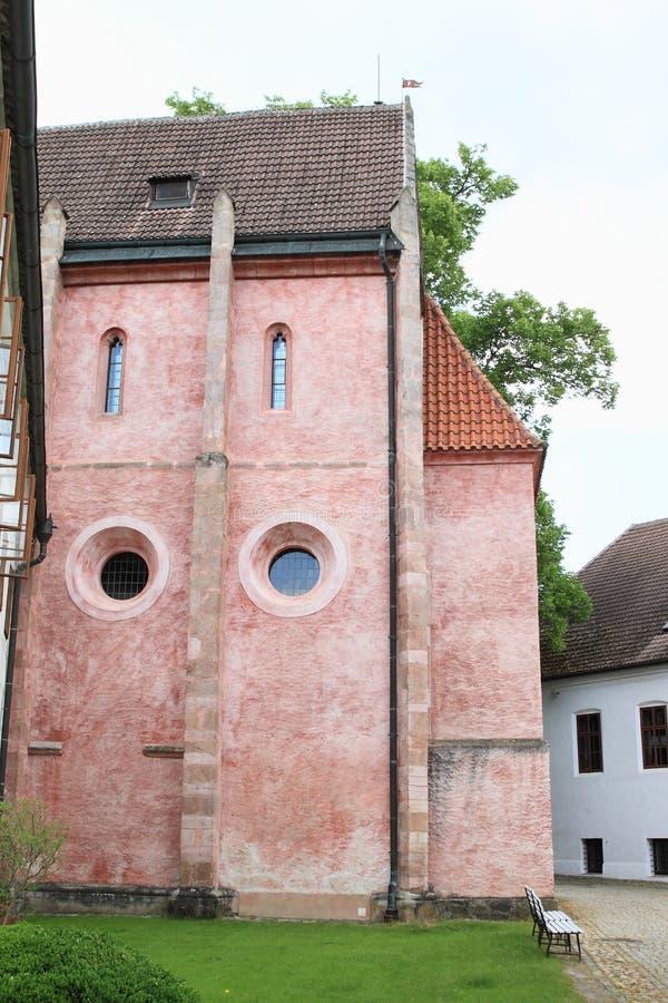 Roze kerk in Zlata-kroon stock afbeelding