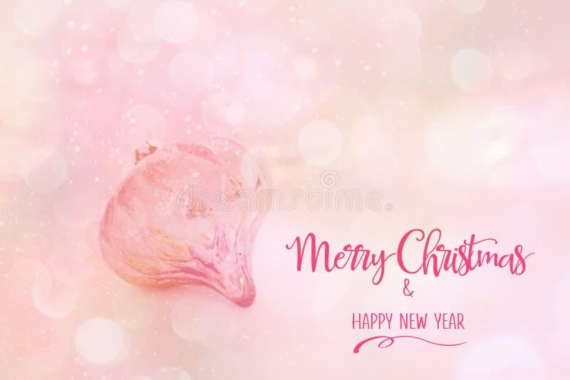 Roze Kerstmissnuisterij tegen een abstracte roze achtergrond stock foto