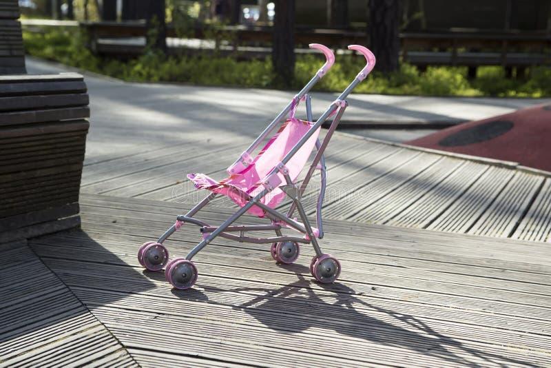 Roze kinderwagentribunes alleen in het park royalty-vrije stock fotografie