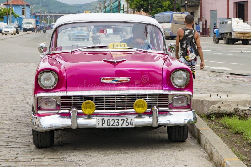 Roze klassieke Amerikaanse auto - Taxi - Santiago de Cuba stock foto's