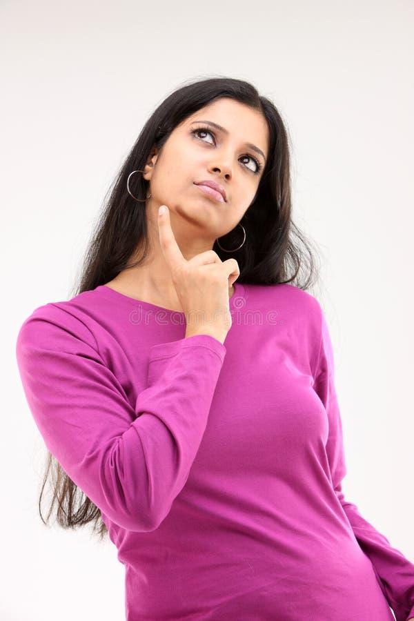 Roze kledingsmeisje in nadenkende uitdrukking royalty-vrije stock afbeeldingen