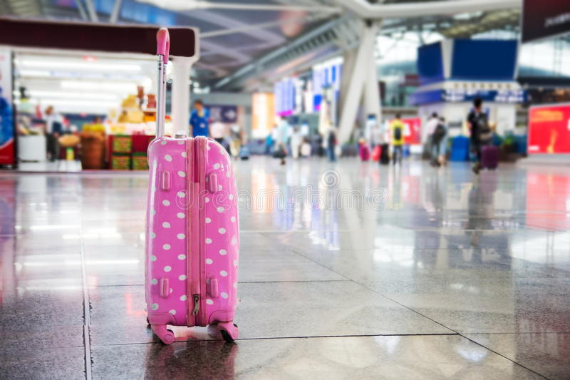 Roze koffer op een station royalty-vrije stock foto's