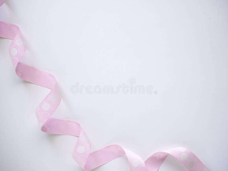 Roze krullend lint op een wit stock fotografie