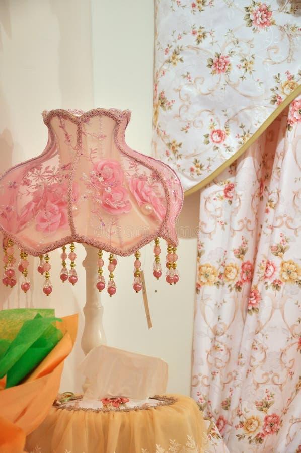 Roze lamp en gordijn