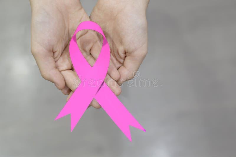 Roze lint in de handen royalty-vrije stock afbeeldingen