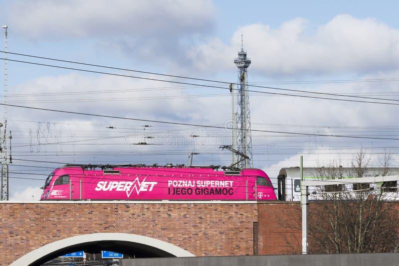 Roze locomotief op een brug over een weg voor de Radiotoren Berlijn van Funkturm royalty-vrije stock afbeelding