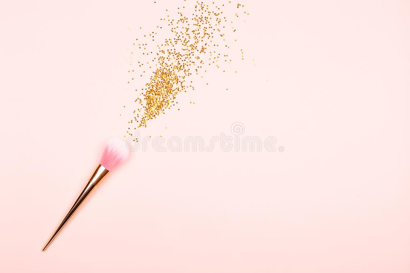 Roze make-upborstel en confettien stock fotografie