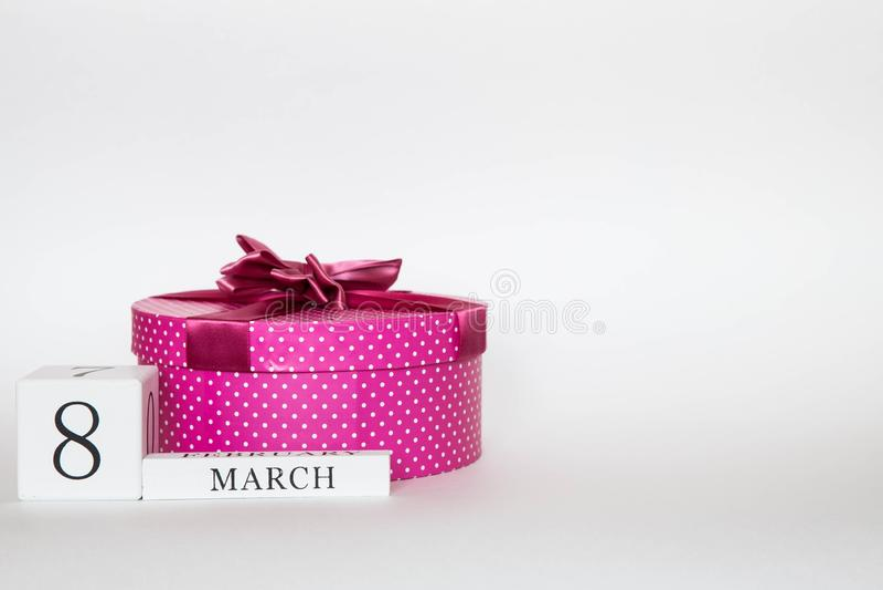 Roze mars 8 cadeaudoos met een boog op een witte achtergrond met bloem stock afbeelding