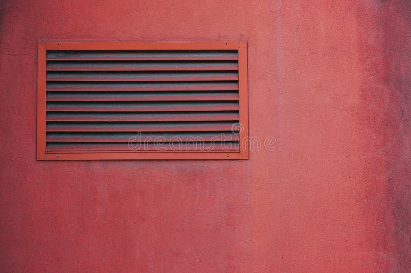 Roze mening van een rooster in een externe muur royalty-vrije stock afbeelding