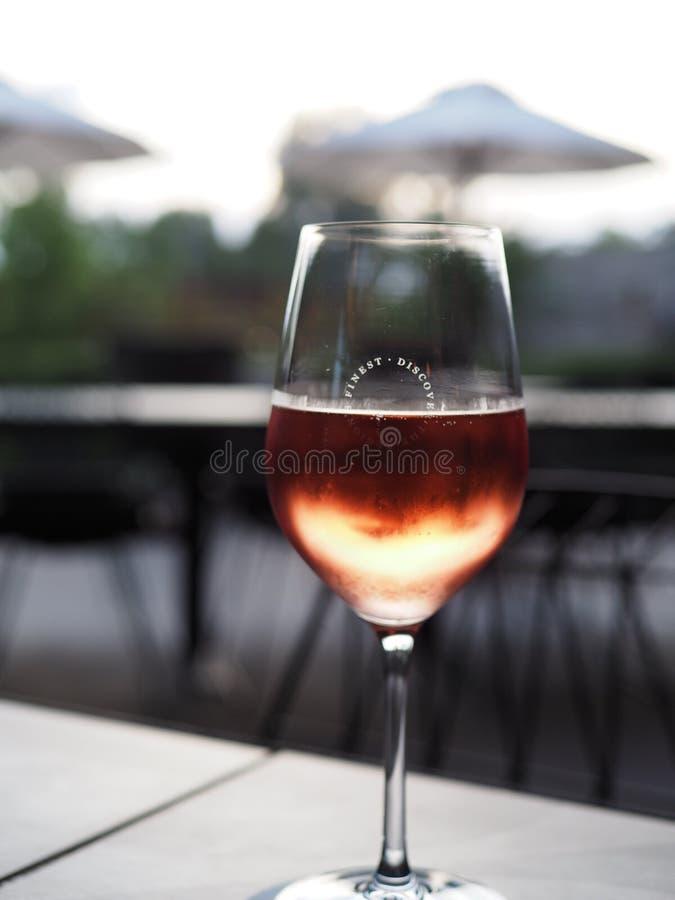 Roze Mocasto in een glas met onduidelijk beeldachtergrond stock foto's