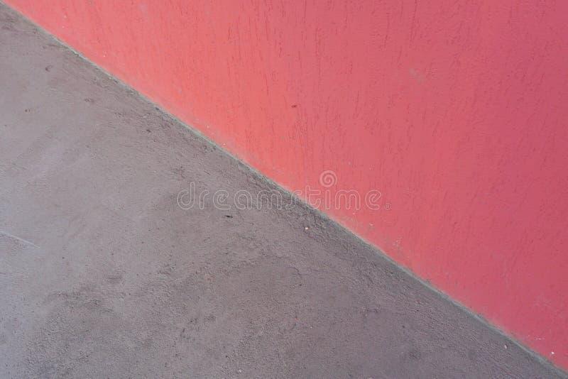 Roze muur en grijze concrete vloer, abstracte achtergrond stock afbeeldingen