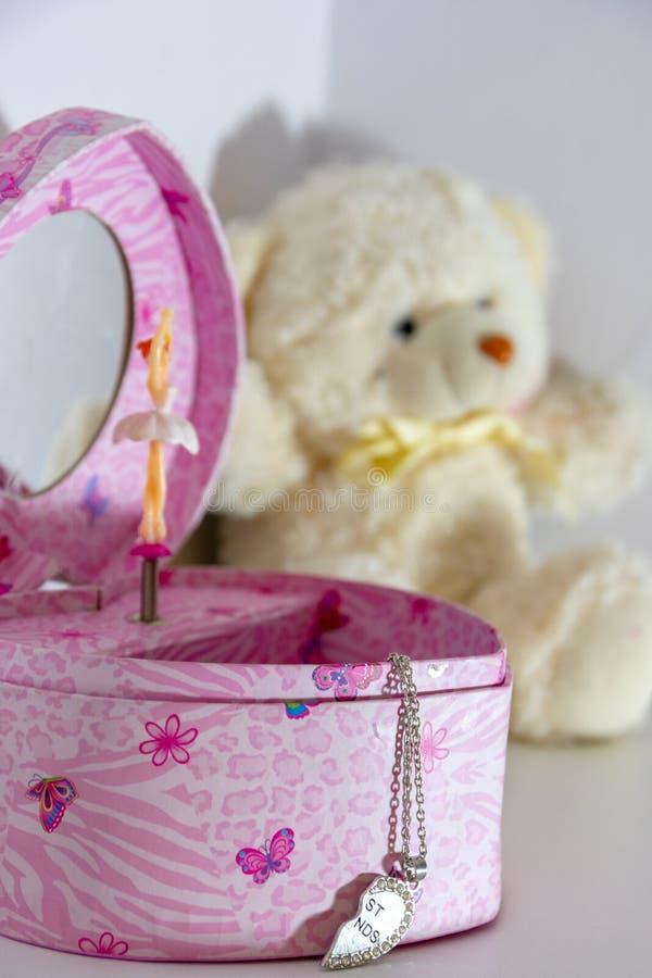 Roze muziekdoos in de vorm van een hart met een danser en een beste vriendenkraag royalty-vrije stock foto
