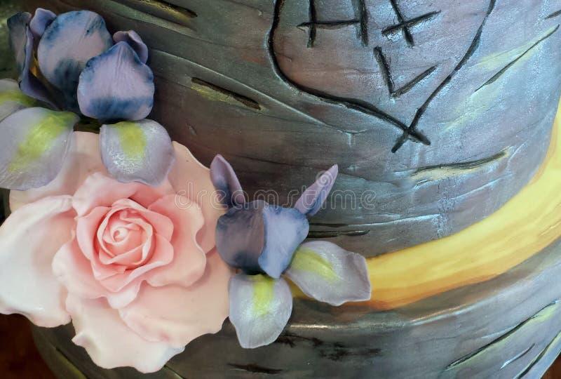 Roze nam en purpere irissen op een cake van het berkhuwelijk toe royalty-vrije stock fotografie