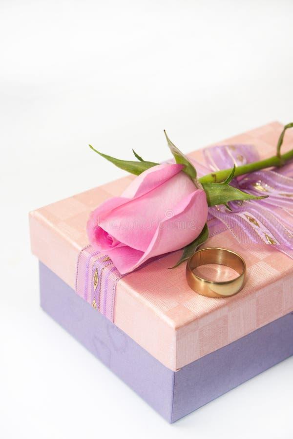 Roze nam en trouwring op de roze giftdoos met boog toe stock afbeelding