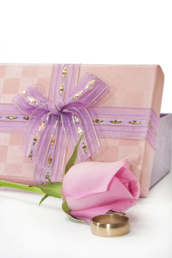 Roze nam en verlovingsring naast roze giftdoos met boog toe royalty-vrije stock afbeeldingen