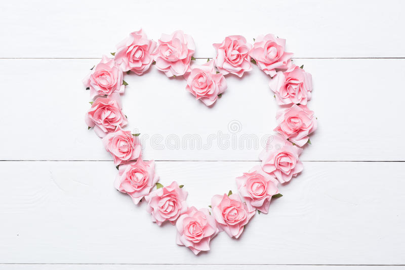Roze nam hart over witte houten achtergrond toe royalty-vrije stock foto