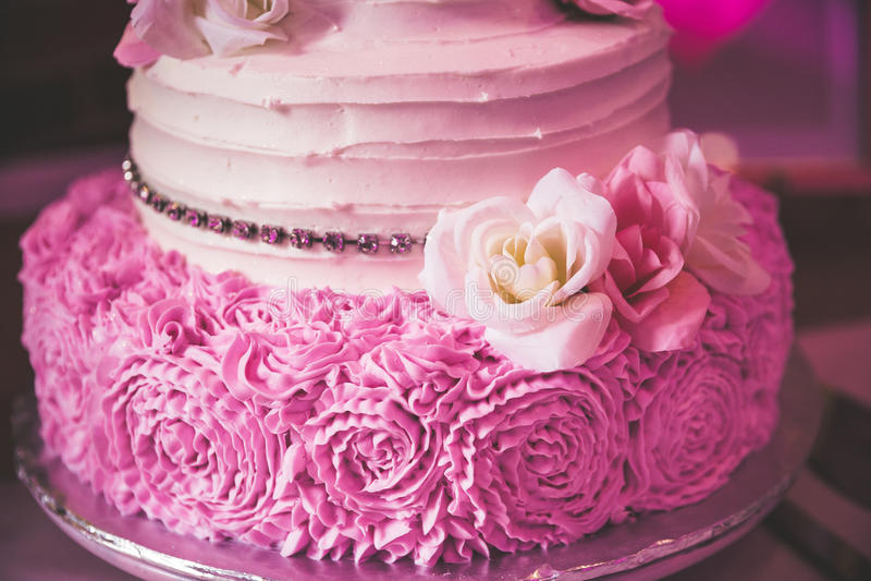 Roze nam huwelijkscake toe stock afbeelding