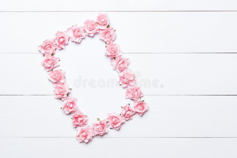 Roze nam kader over witte houten achtergrond toe royalty-vrije stock afbeeldingen