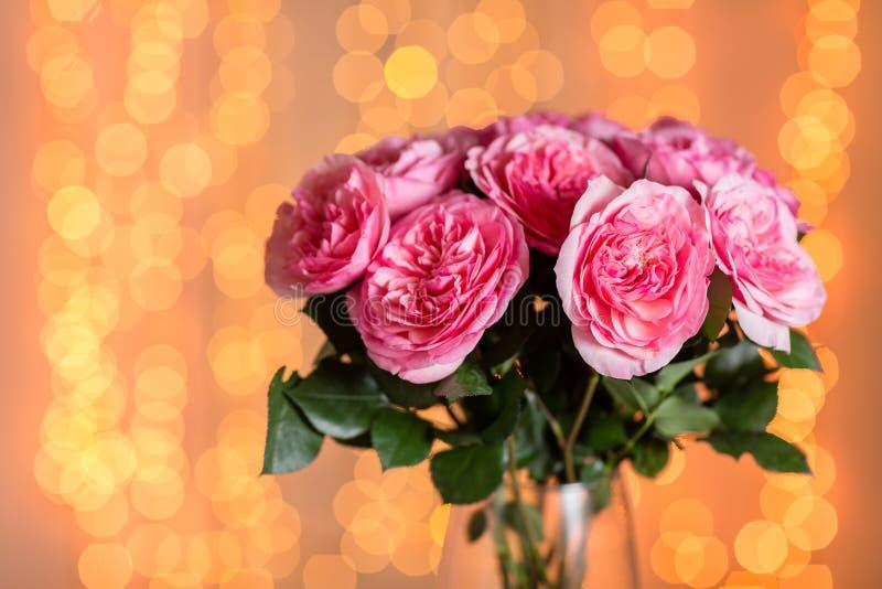 Roze nam toe Vaas met mooi boeket op lijst De ruimte van het exemplaar Lichten op de achtergrond stock afbeelding