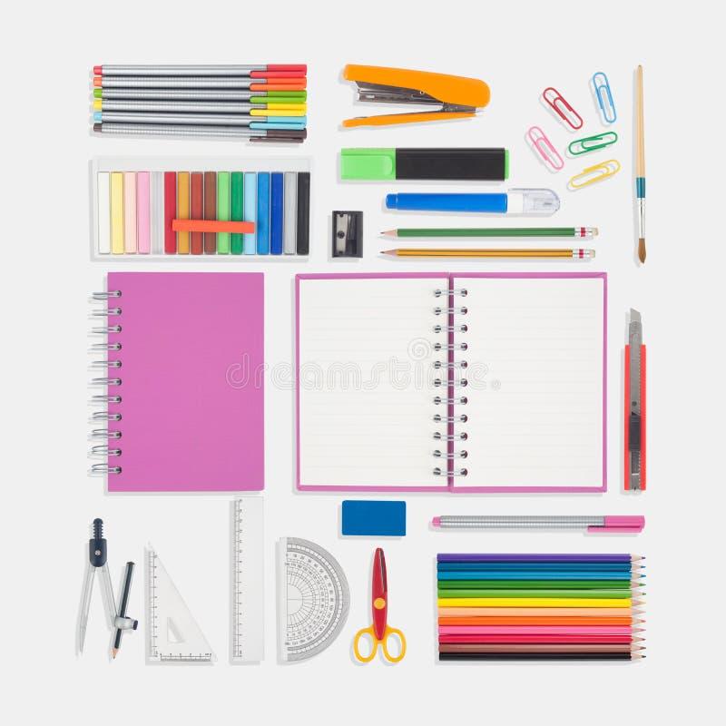 Roze notitieboekje en school of bureauhulpmiddelen op witte achtergrond royalty-vrije stock foto's