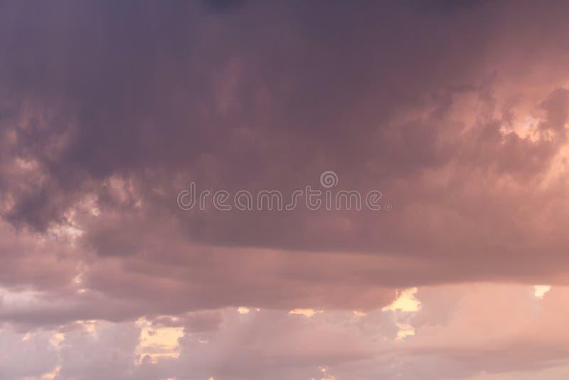 Roze onweerswolkentextuur met gele kleur in rug stock fotografie