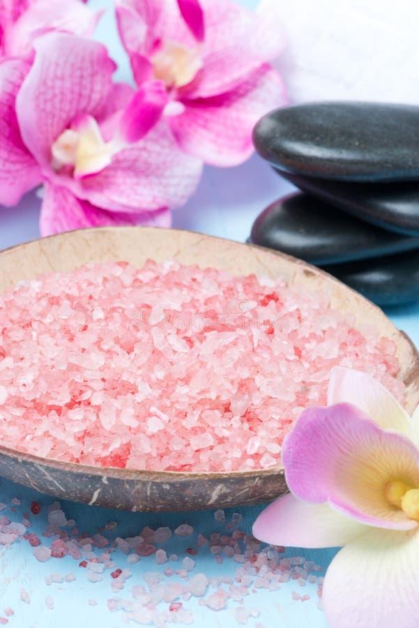 Roze overzees zout, stenen voor kuuroord en bloemen royalty-vrije stock foto's