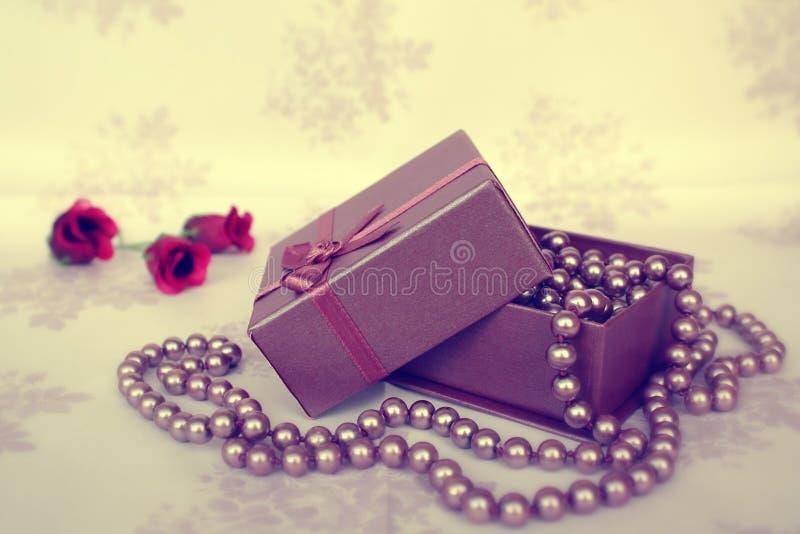 Roze parels in een juwelendoos stock afbeeldingen