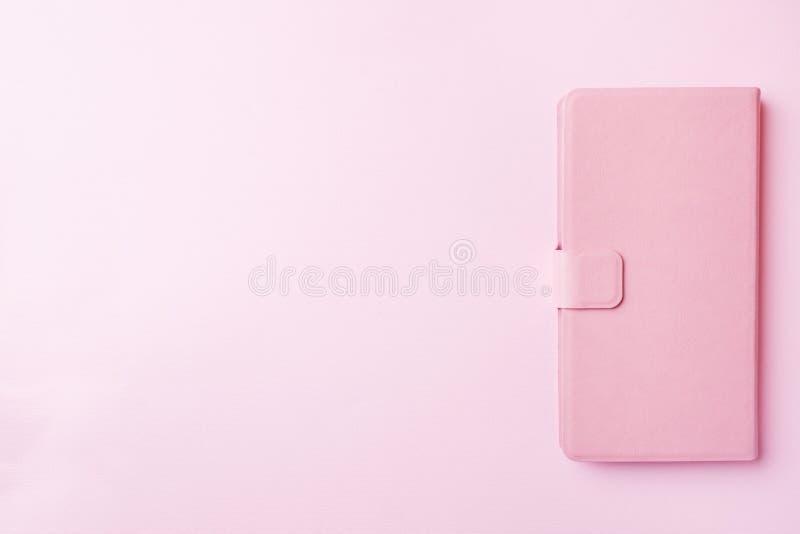 Roze pastelkleur van telefoongeval op kleurrijke achtergrond stock afbeeldingen