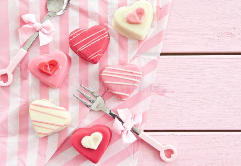 Roze Petit-fours in Hartvorm stock foto