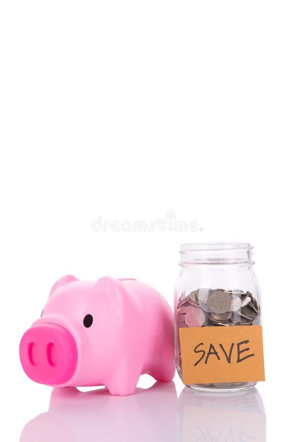 Roze piggy en de kruikhoogtepunt van het Besparingengeld van muntstukken stock afbeelding