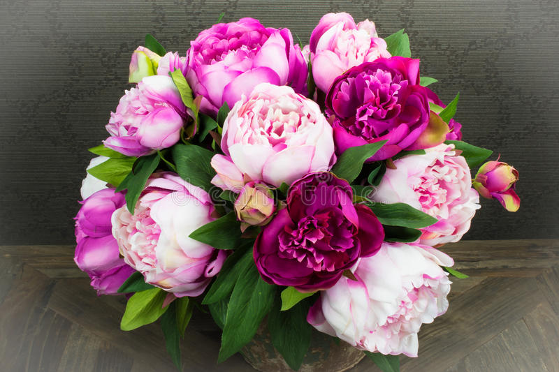 Roze Pioen Rose Flowers Bouquet in Vaas royalty-vrije stock foto's