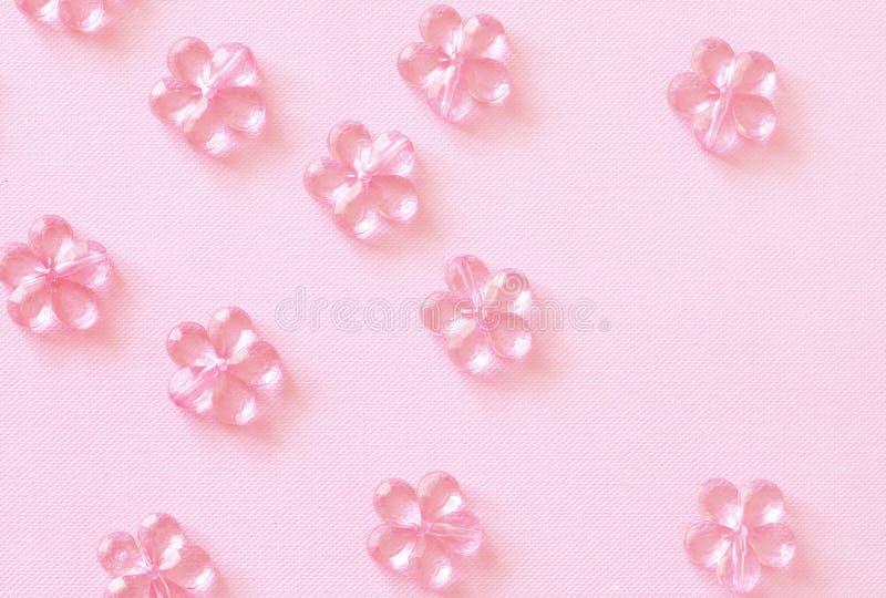 Roze plastic bloemen op papier stock foto's