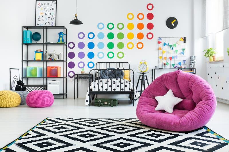 Roze poef in kleurrijke slaapkamer royalty-vrije stock afbeeldingen