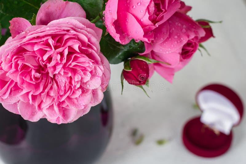 Roze rozen in een vaas royalty-vrije stock afbeeldingen