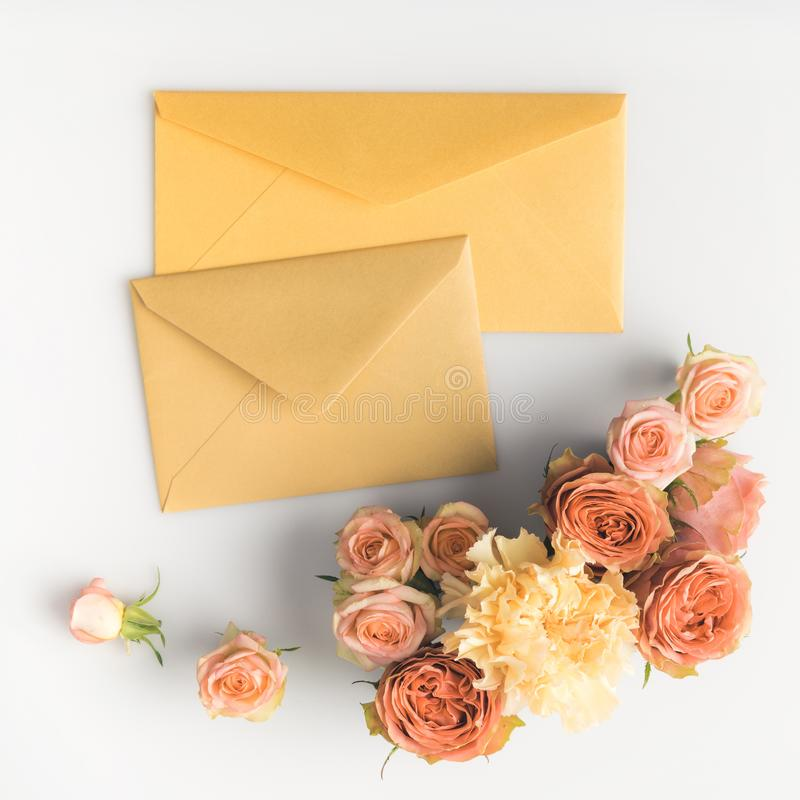 roze rozen en enveloppen stock foto