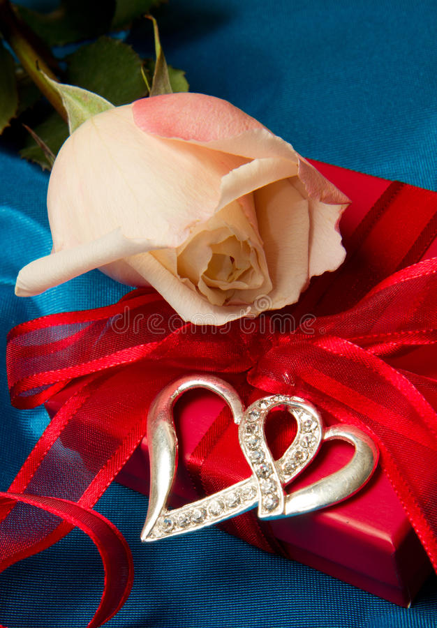 Roze rozen en giftdoos stock foto's