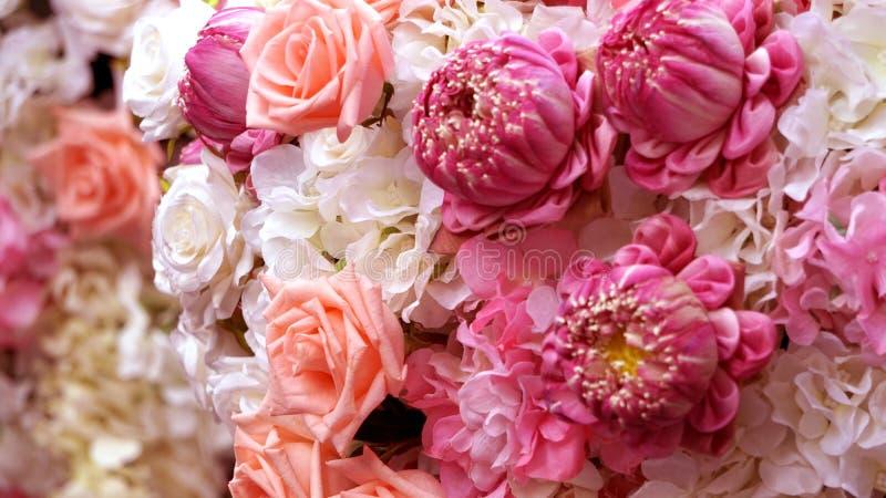 Roze rozen en lotuses de valentijnskaartachtergrond van het bloemboeket stock afbeeldingen