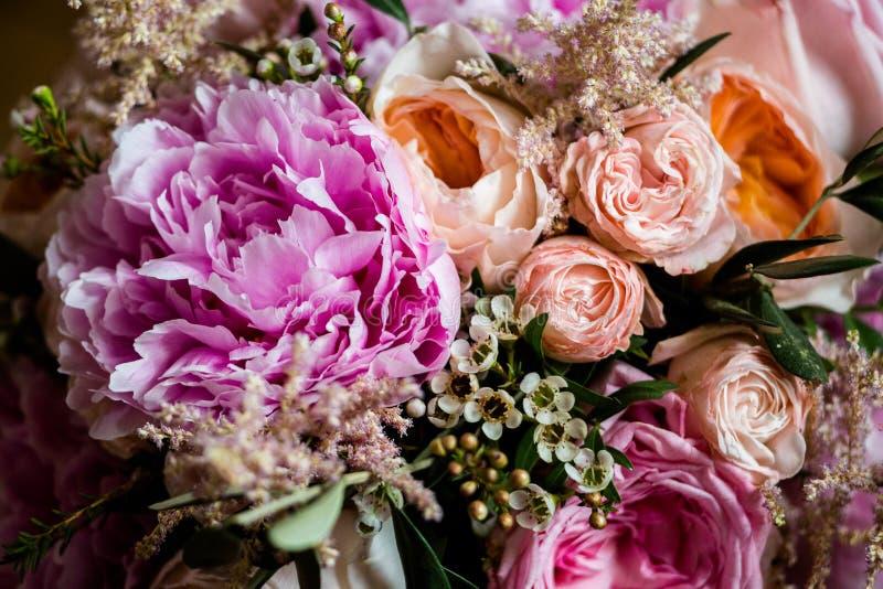 Roze rozen en pioenen in een boeket royalty-vrije stock fotografie