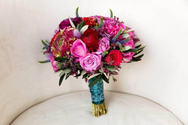 Roze rozen en pioenen in een boeket stock fotografie