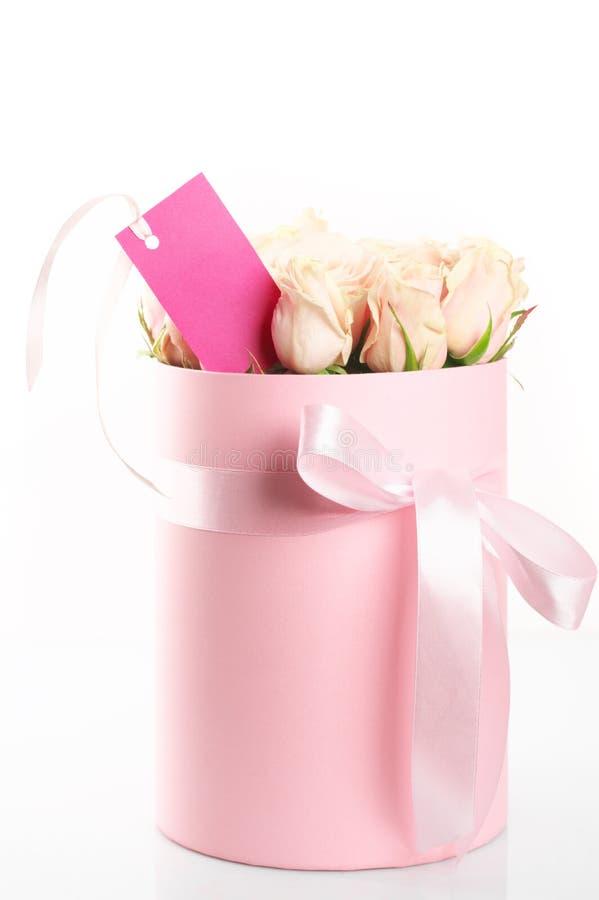 Roze rozen in giftdoos stock afbeeldingen