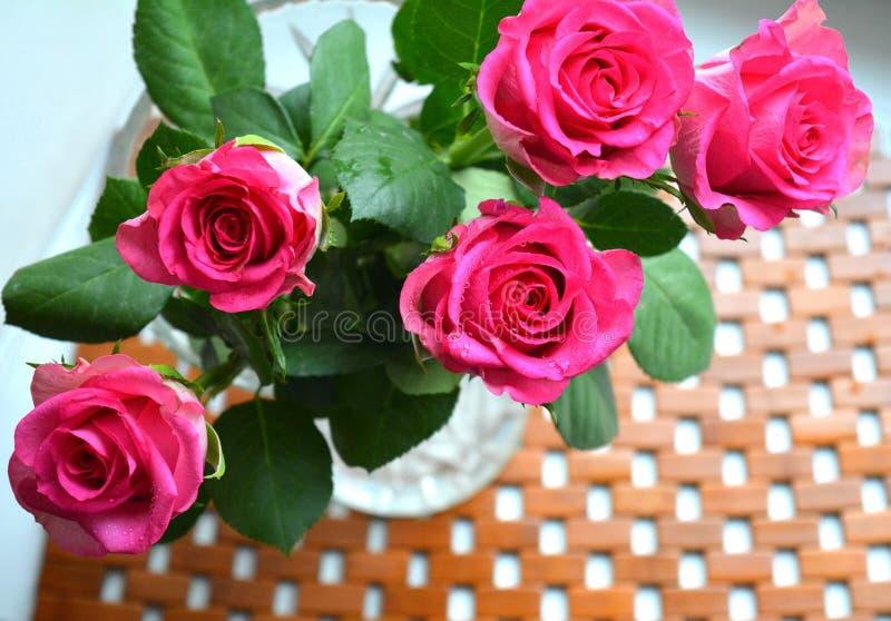 Roze rozen houten achtergrond royalty-vrije stock foto