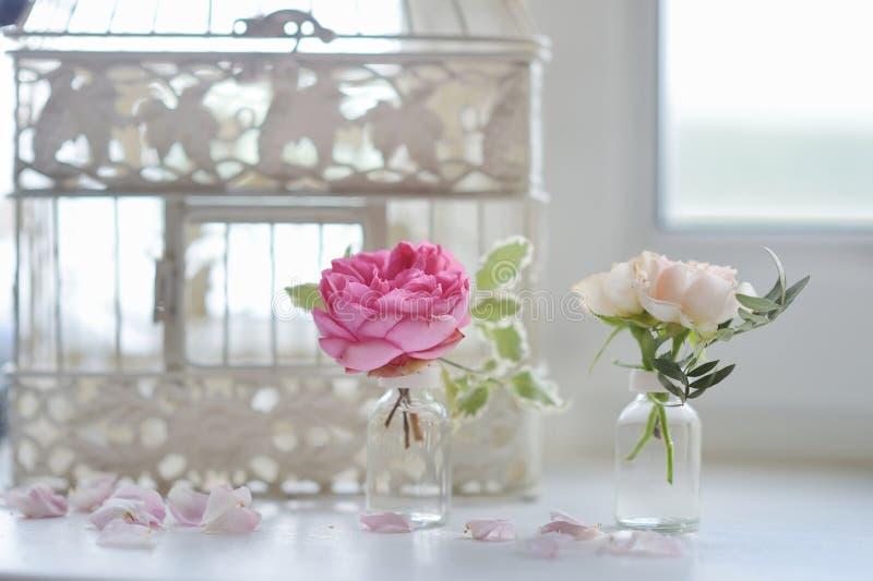 Roze rozen in kleine vazen royalty-vrije stock foto