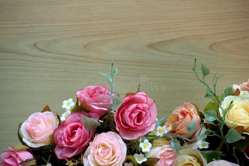 Roze rozen met houten achtergrond royalty-vrije stock afbeelding
